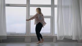 实践在演播室,白肤金发的女孩跳舞的赞成现代舞蹈家室内 影视素材