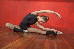 实践在硬木地板上的女性跳芭蕾舞者 库存图片