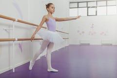 实践在舞蹈演播室的华美的少女芭蕾舞女演员 免版税图库摄影