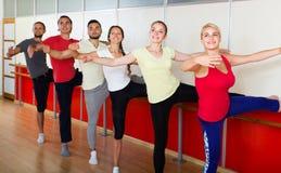 实践在芭蕾纬向条花的小组男人和妇女 库存照片