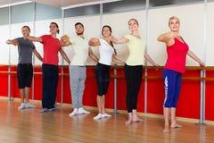 实践在芭蕾纬向条花的小组男人和妇女 免版税图库摄影