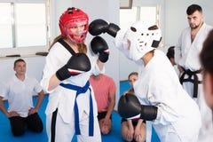 实践在跆拳道类的妇女 免版税库存照片