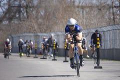 实践在跑马场的纵排骑自行车者 图库摄影