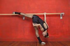 实践在酒吧的女性跳芭蕾舞者在演播室 库存图片