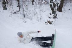 实践在他的雪板的年轻人一个跃迁 免版税库存照片