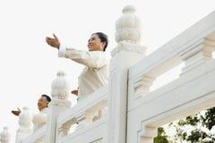 实践太极拳的两个前辈在北京,在前面的胳膊 免版税库存图片
