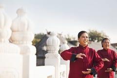 实践太极拳的两个前辈在北京,在圈子的胳膊 库存照片