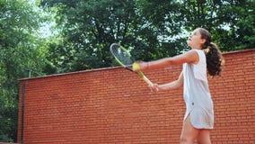 实践她的服务技术的网球员在训练 股票录像