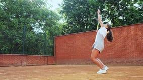 实践她的服务技术的网球员在训练 影视素材