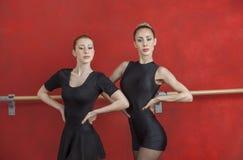 实践对红色墙壁的确信的芭蕾舞女演员 免版税库存照片