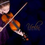 实践小提琴的女孩。 免版税库存照片