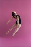 实践当代舞蹈的女性舞蹈家 库存图片