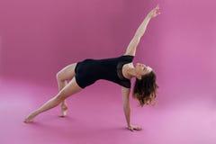 实践当代舞蹈的女性舞蹈家 库存照片