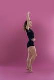 实践当代舞蹈的女性舞蹈家 免版税库存图片