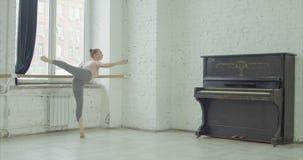 实践慢板在排练屋子里的跳芭蕾舞者 股票录像