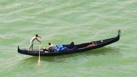 实践无经验的船员由他的边荡桨有更老的平底船的船夫的长平底船 影视素材