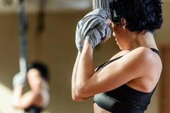 实践杂技空中舞蹈的妇女 免版税库存照片