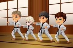 实践武术的孩子在道场 库存图片