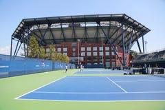 实践法院和最近改善的亚瑟・艾许球场在比利・简・金国家网球中心 免版税库存照片