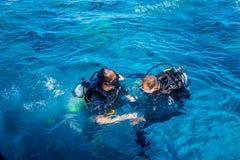 实践潜水 体育辅导员和学生 免版税库存照片