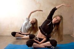 实践瑜伽的女孩在屋子里 库存照片