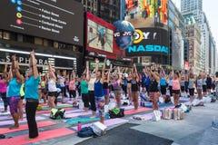 实践瑜伽的数千纽约人在时代广场 库存照片