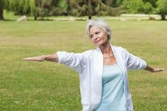 实践瑜伽蚂蚁tai池氏的最佳的老化妇女 库存图片