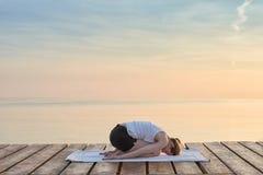 实践的女子瑜伽年轻人 图库摄影