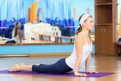 实践的女子瑜伽年轻人 库存图片