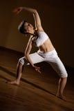 实践的女子瑜伽 免版税库存图片