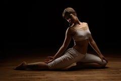 实践的女子瑜伽 库存图片