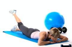实践的女运动员瑜伽 免版税库存图片