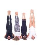 实践的瑜伽在小组/Shoulderstand - Sarvangasana - Viparita Karani行使 库存图片