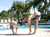 实践的瑜伽游泳池边 库存图片