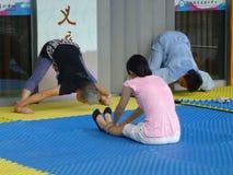 实践的瑜伽的中国妇女 免版税库存照片