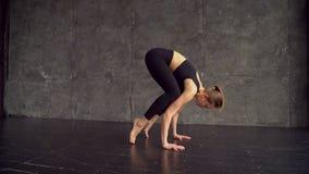 实践的瑜伽 体育衣物训练瑜伽位置的美丽的十几岁的女孩在健身俱乐部 白种人女孩年轻人 影视素材