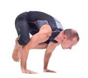 实践的瑜伽锻炼:乌鸦- Bakasana 免版税库存图片