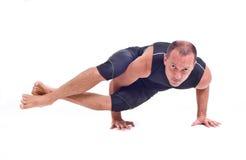 实践的瑜伽锻炼:八个角度姿势- Astavakrasana 库存照片