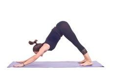 实践的瑜伽锻炼/下来尾随姿势- Adho Mukha Svanasana 库存照片