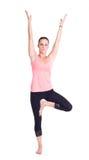 实践的瑜伽锻炼/树摆在- Vrksasana 免版税库存图片
