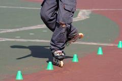 实践的直排轮式溜冰鞋溜冰者障碍滑&# 免版税图库摄影