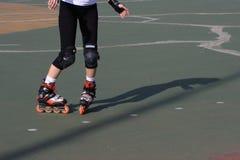 实践的直排轮式溜冰鞋溜冰者障碍滑&# 免版税库存图片