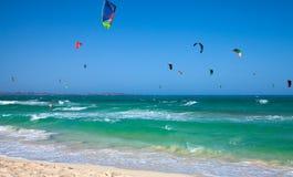 实践的kitesurfing (kiteboarding)在Corralejo旗子Beac 库存照片