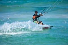 实践的kitesurfing (kiteboarding)在Corralejo旗子Beac 免版税库存照片