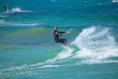 实践的kitesurfing (kiteboarding)在Corralejo旗子Beac 库存图片