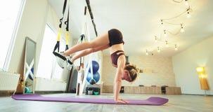 实践舒展的肌肉年轻女人身体坚硬需氧运动使用弹性的她对舒展腿在a 影视素材