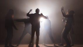 实践舞蹈的年轻人在展示前 ?? 取得在舞蹈的进展 一起跳舞 影视素材