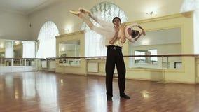 实践芭蕾的男性和女性舞蹈家在演播室举 影视素材