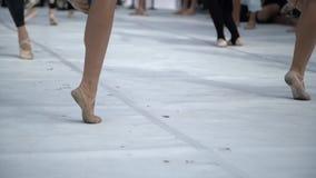 实践表现的跳芭蕾舞者户外 关闭穿拖鞋的芭蕾舞女演员脚实践在芭蕾类的移动外面 股票视频