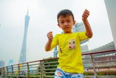 实践跆拳道的男孩 免版税库存图片